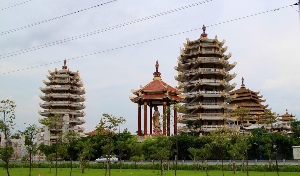 Tháp lưu cốt tại Pháp viên Minh Đăng Quang